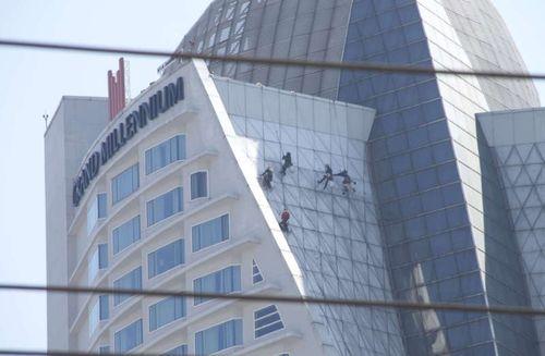 Bkk-workers-window bangkok hotels workers windows clean grand millennium sukhumvit asoke